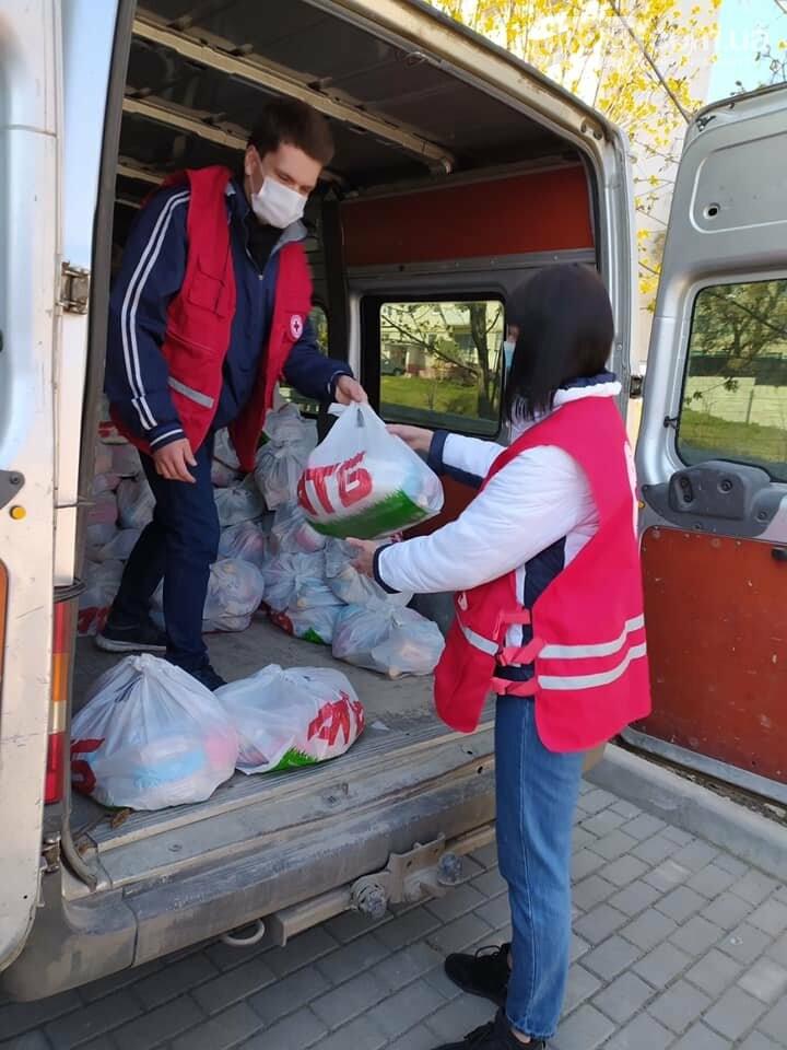 В Бахмуте продолжают раздавать продуктовые наборы социально незащищенным жителям, фото-2
