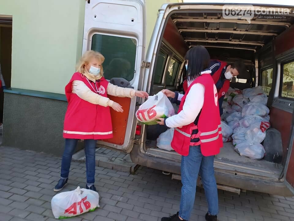 В Бахмуте продолжают раздавать продуктовые наборы социально незащищенным жителям, фото-3