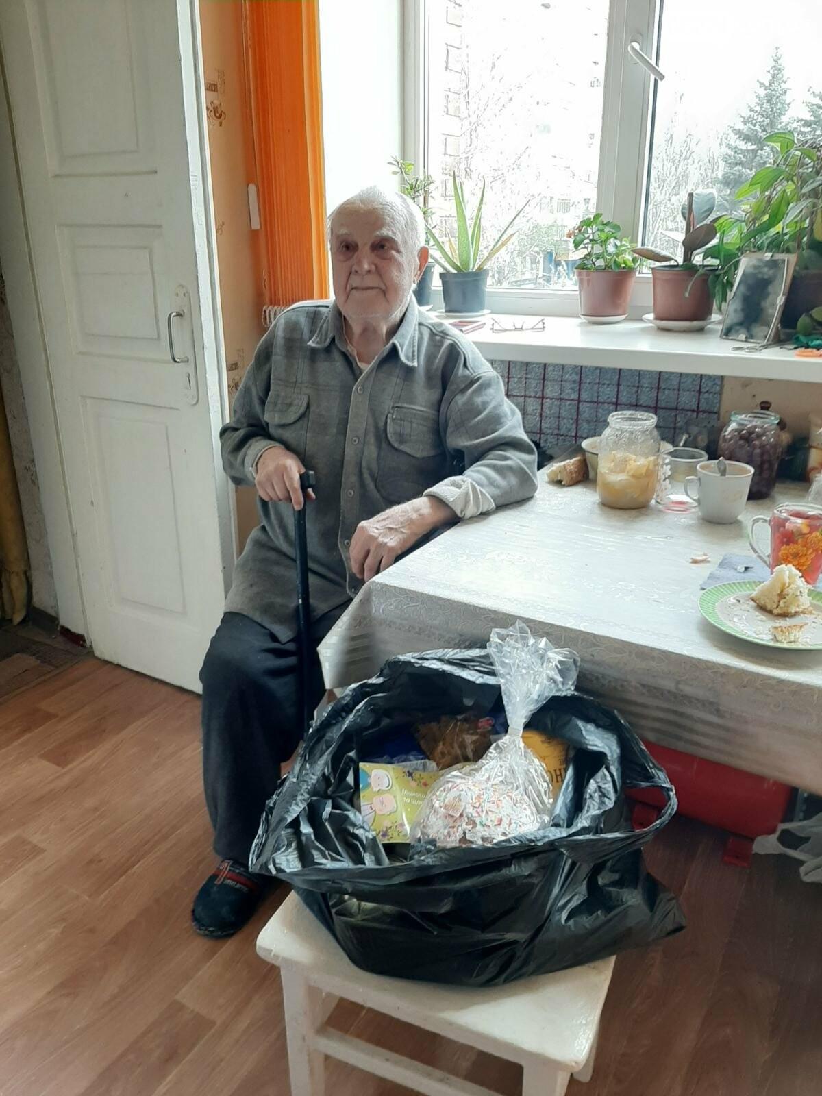 Мэр Бахмута вручил продуктовые наборы социально незащищенным гражданам, фото-1