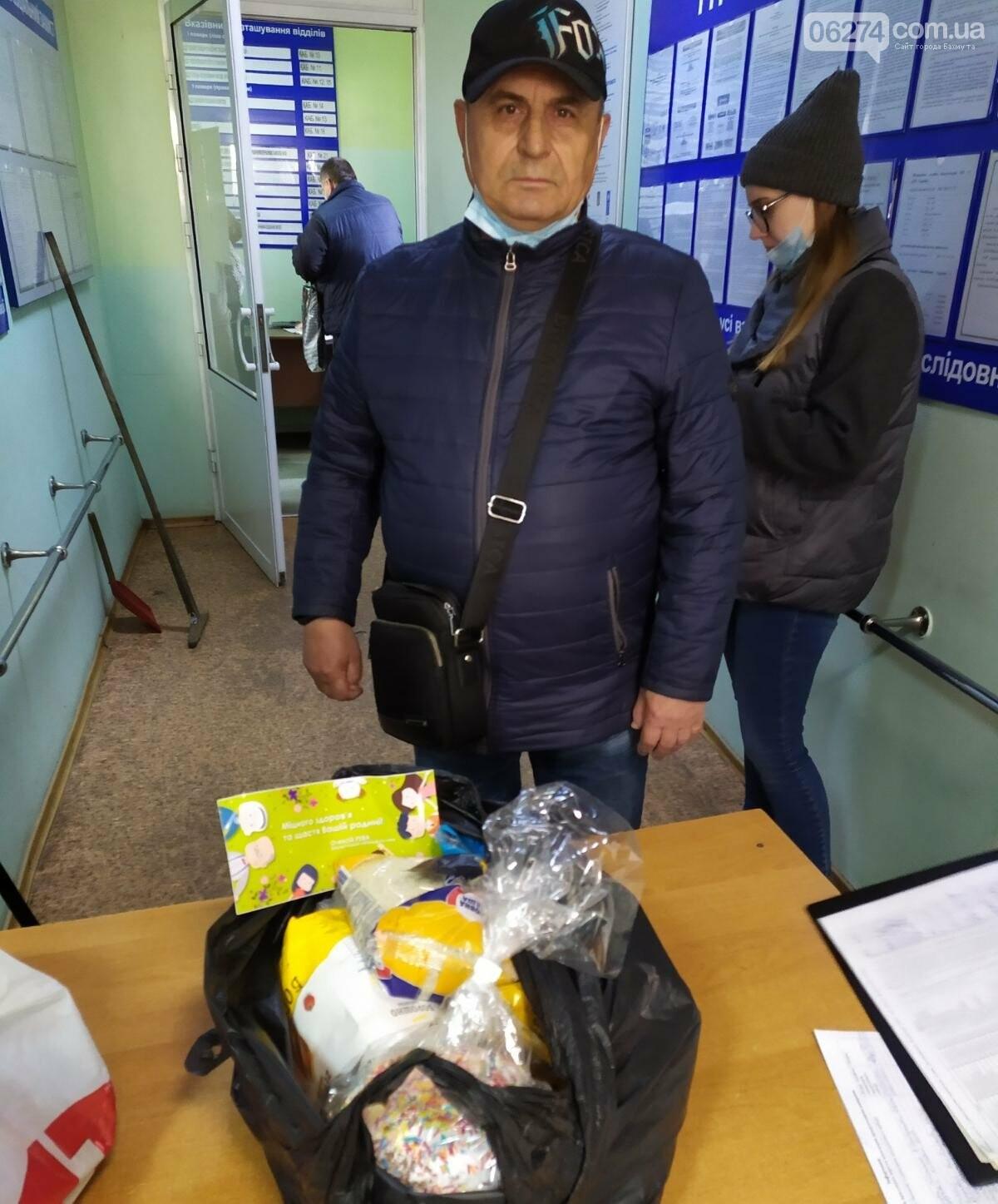 Мэр Бахмута вручил продуктовые наборы социально незащищенным гражданам, фото-5