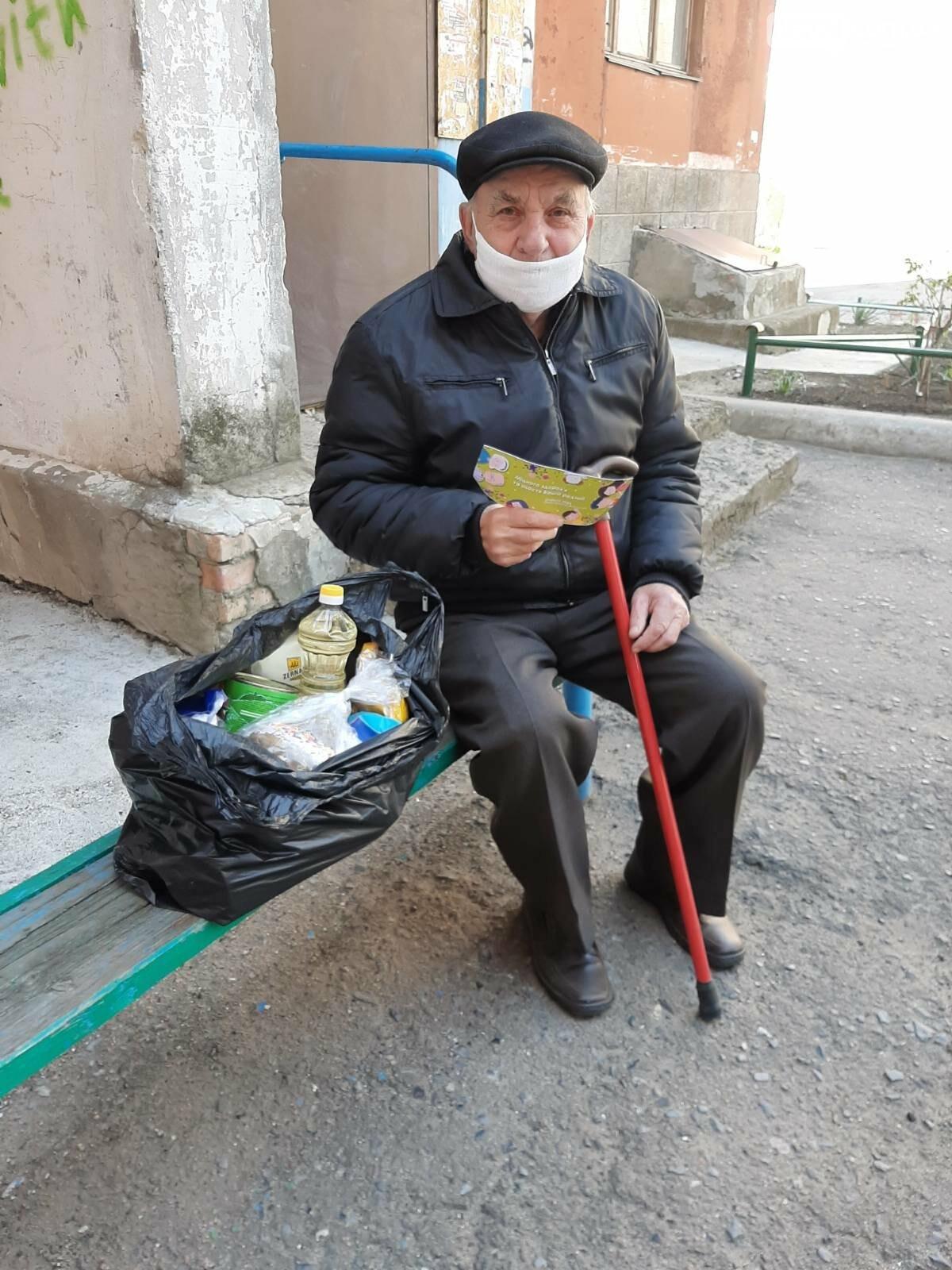 Мэр Бахмута вручил продуктовые наборы социально незащищенным гражданам, фото-4