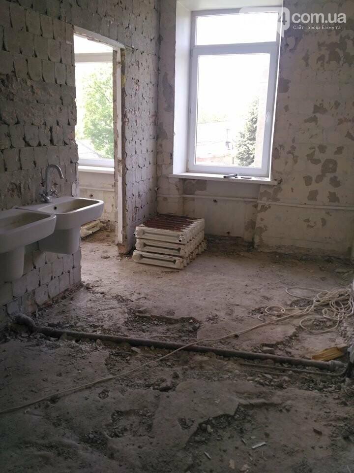 Ведутся работы по реконструкции корпуса №2 больницы Бахмута, фото-9