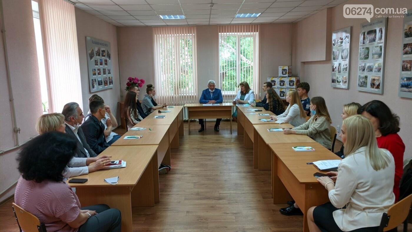 Выпускники социальных категорий Бахмута получили подарки от городского головы, фото-1