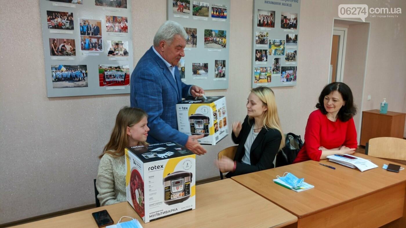 Выпускники социальных категорий Бахмута получили подарки от городского головы, фото-3