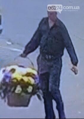 В Бахмуте ищут мужчину, который украл букет цветов с «Обелиска славы» (ФОТО), фото-1