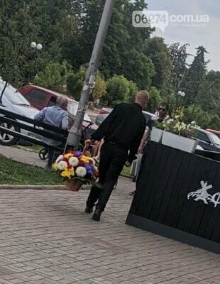 В Бахмуте ищут мужчину, который украл букет цветов с «Обелиска славы» (ФОТО), фото-2