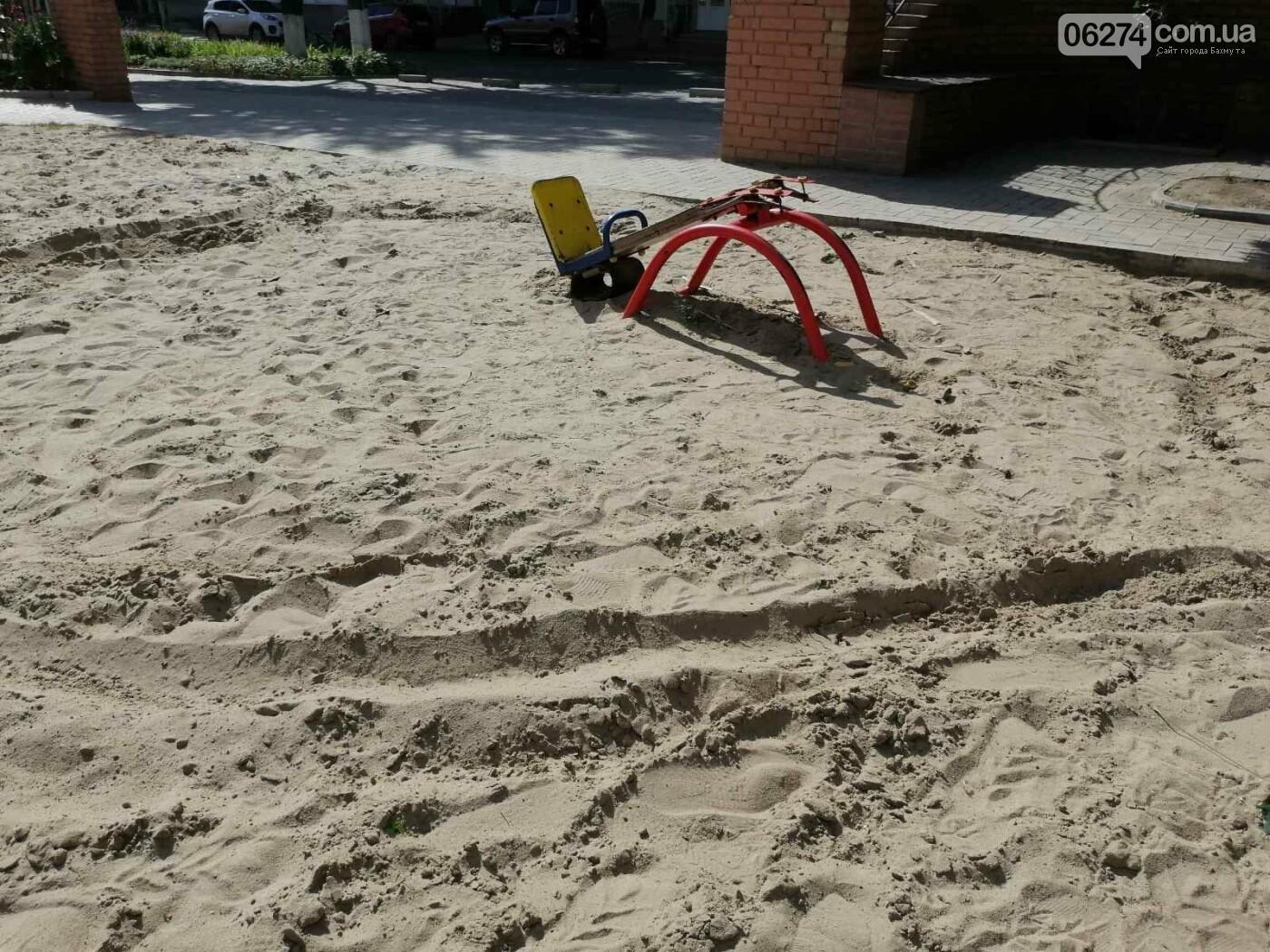 В Бахмуте вандалы продолжают разрушать детские площадки, фото-1