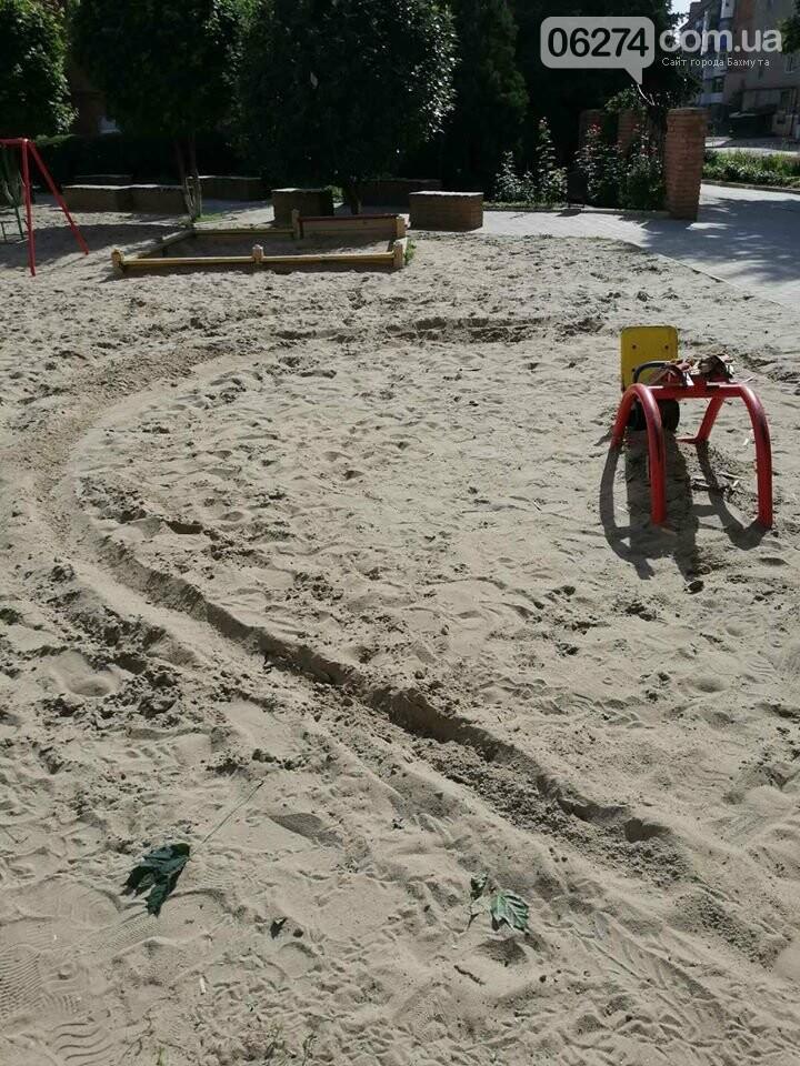 В Бахмуте вандалы продолжают разрушать детские площадки, фото-3