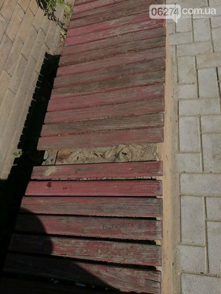 В Бахмуте вандалы продолжают разрушать детские площадки, фото-2