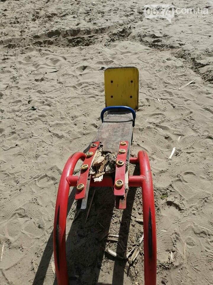 В Бахмуте вандалы продолжают разрушать детские площадки, фото-4