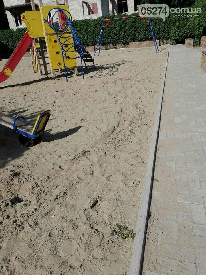 В Бахмуте вандалы продолжают разрушать детские площадки, фото-6
