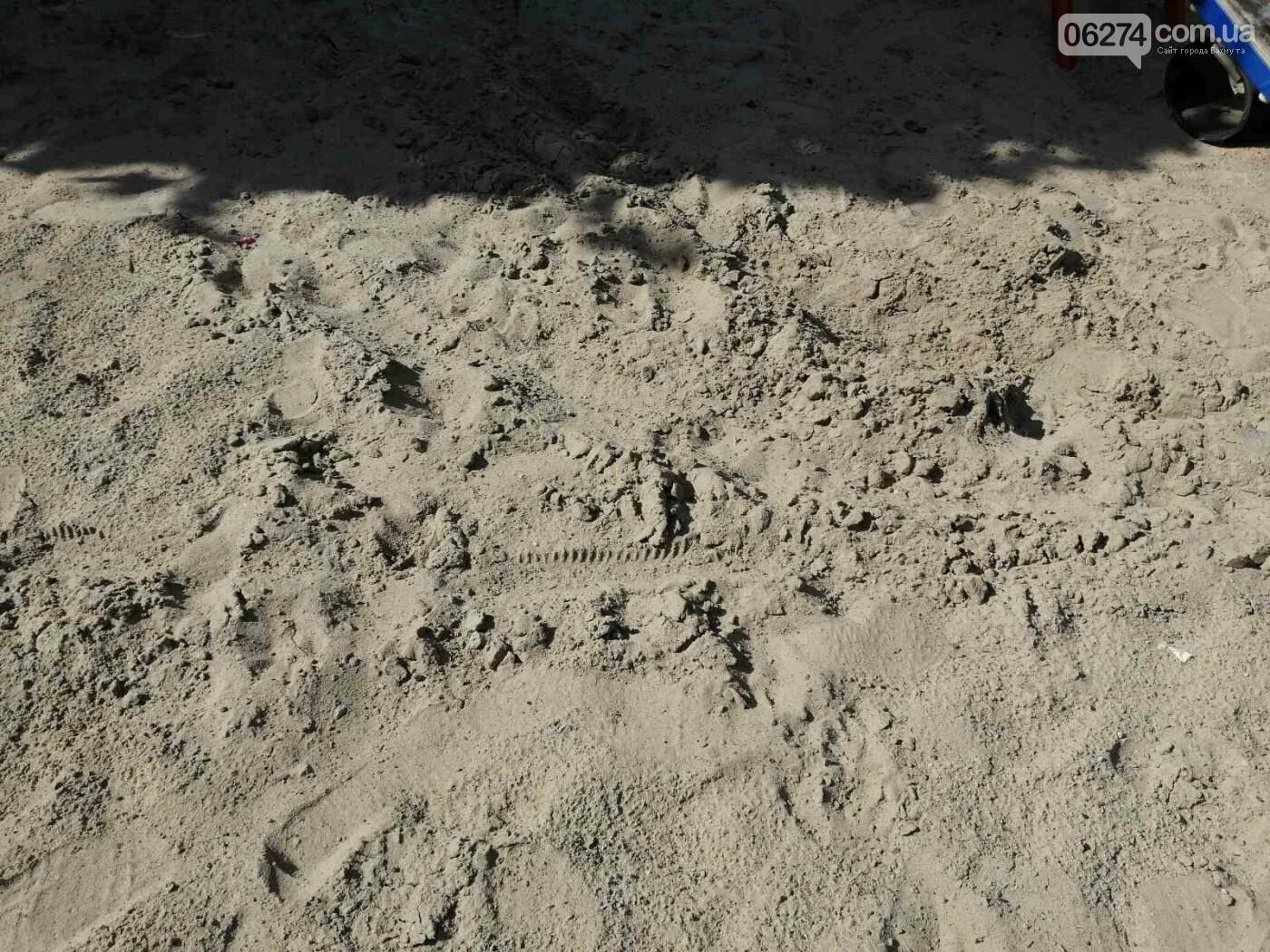 В Бахмуте вандалы продолжают разрушать детские площадки, фото-5