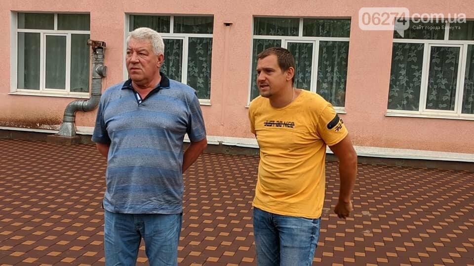В Бахмуте благоустраивают территорию ОШ №18 и проводят работы в Народном доме, фото-3