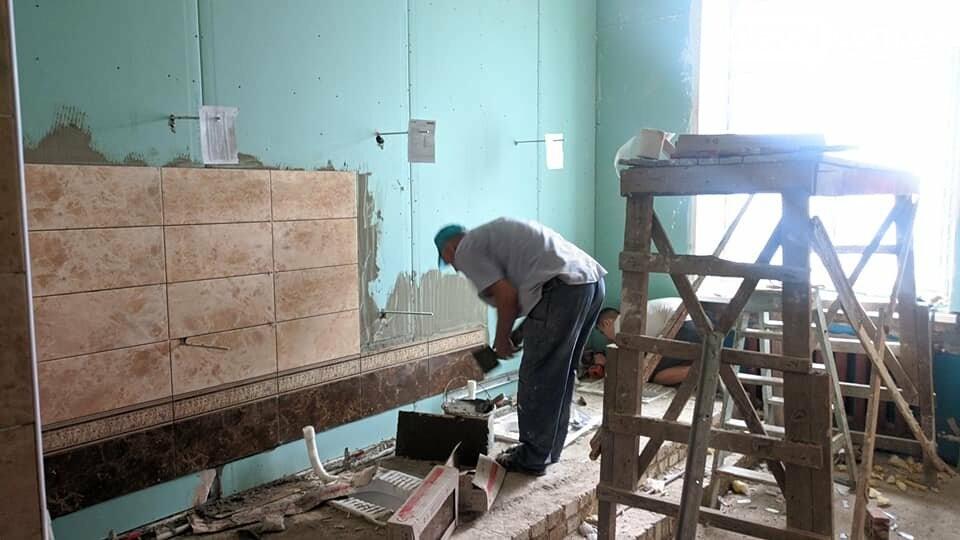 В Бахмуте благоустраивают территорию ОШ №18 и проводят работы в Народном доме, фото-5
