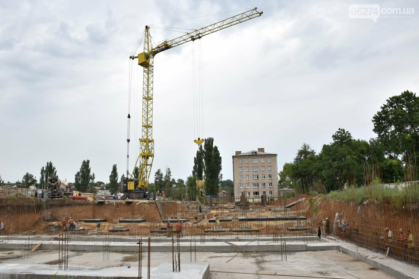 На месте строительства учебного корпуса ДВУОР им. С. Бубки начал работу башенный кран, фото-2
