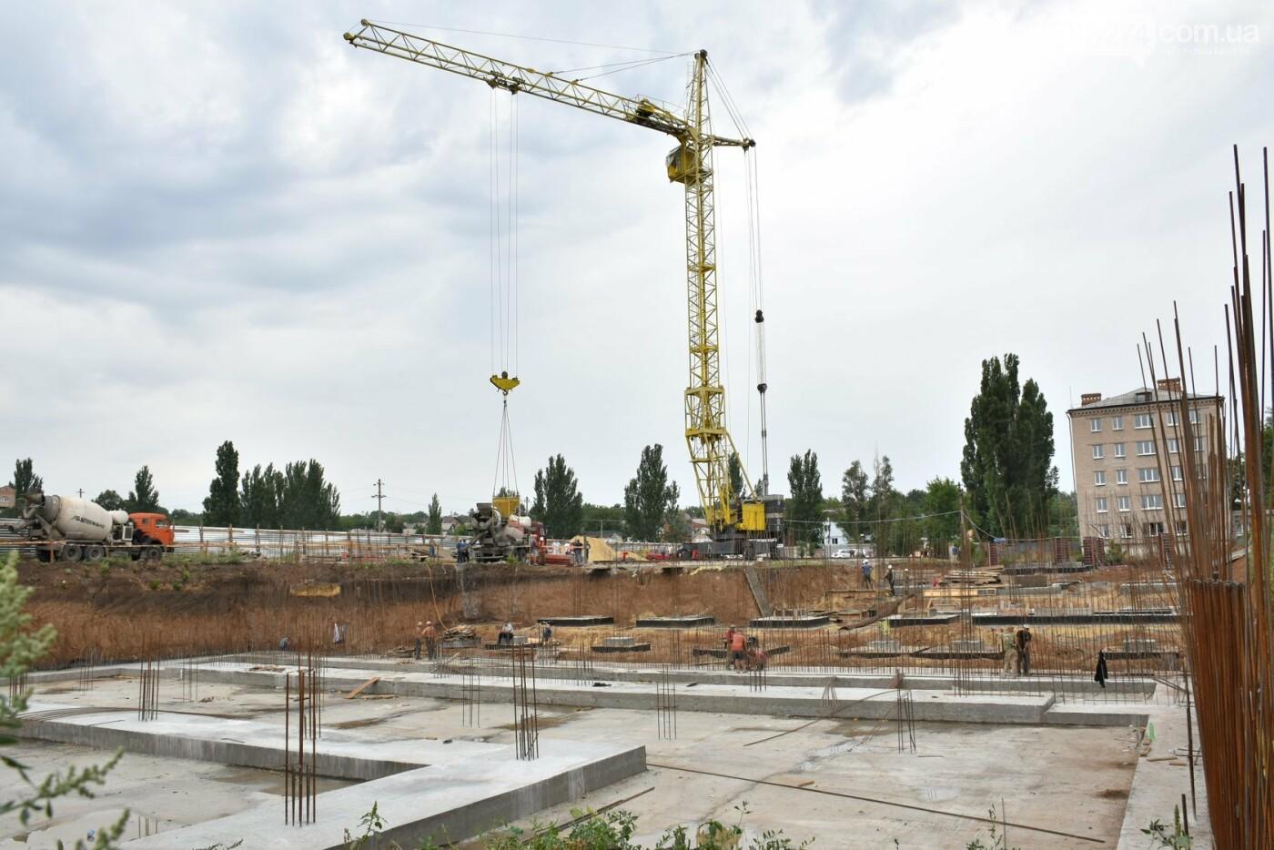 На месте строительства учебного корпуса ДВУОР им. С. Бубки начал работу башенный кран, фото-5