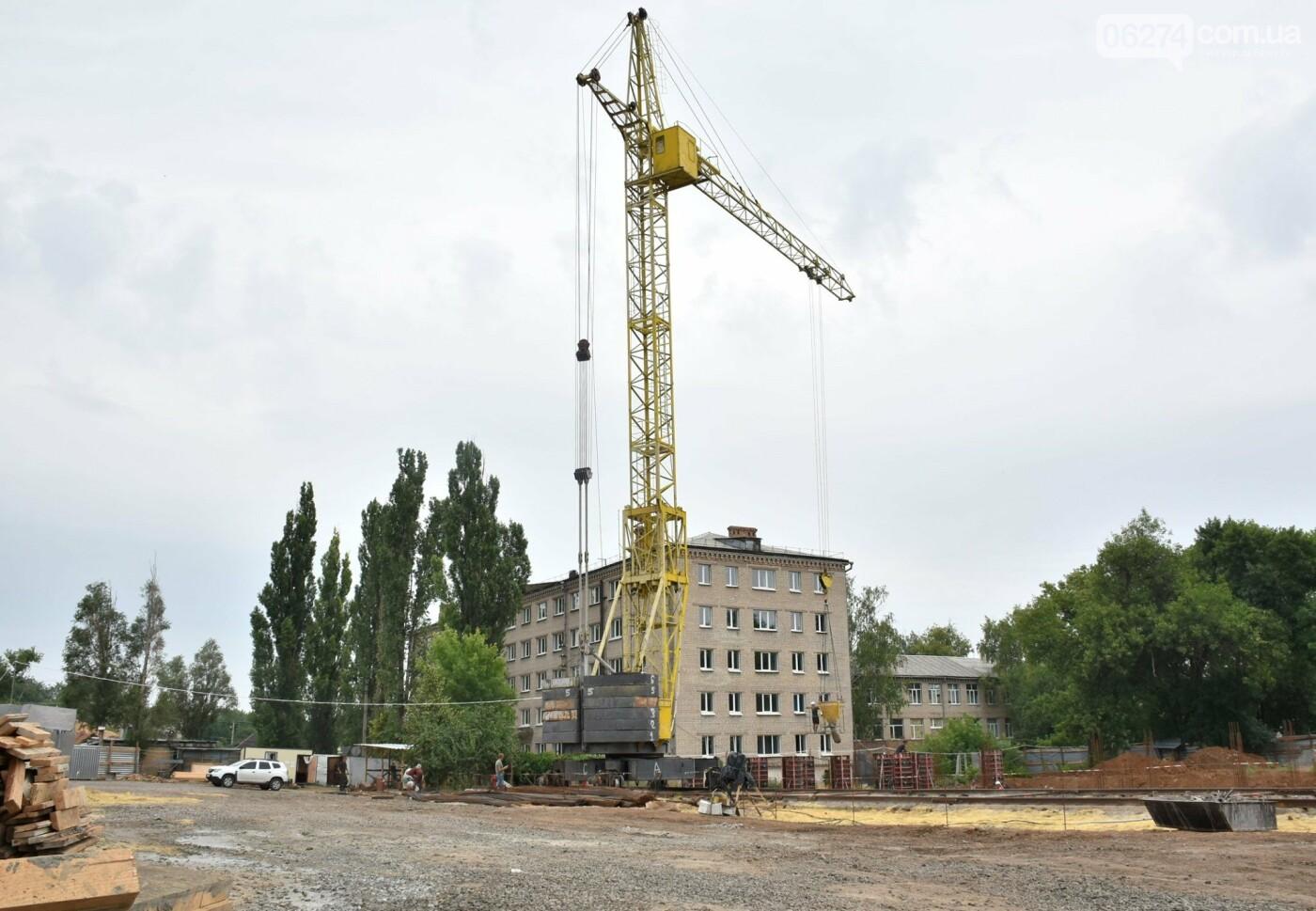 На месте строительства учебного корпуса ДВУОР им. С. Бубки начал работу башенный кран, фото-8