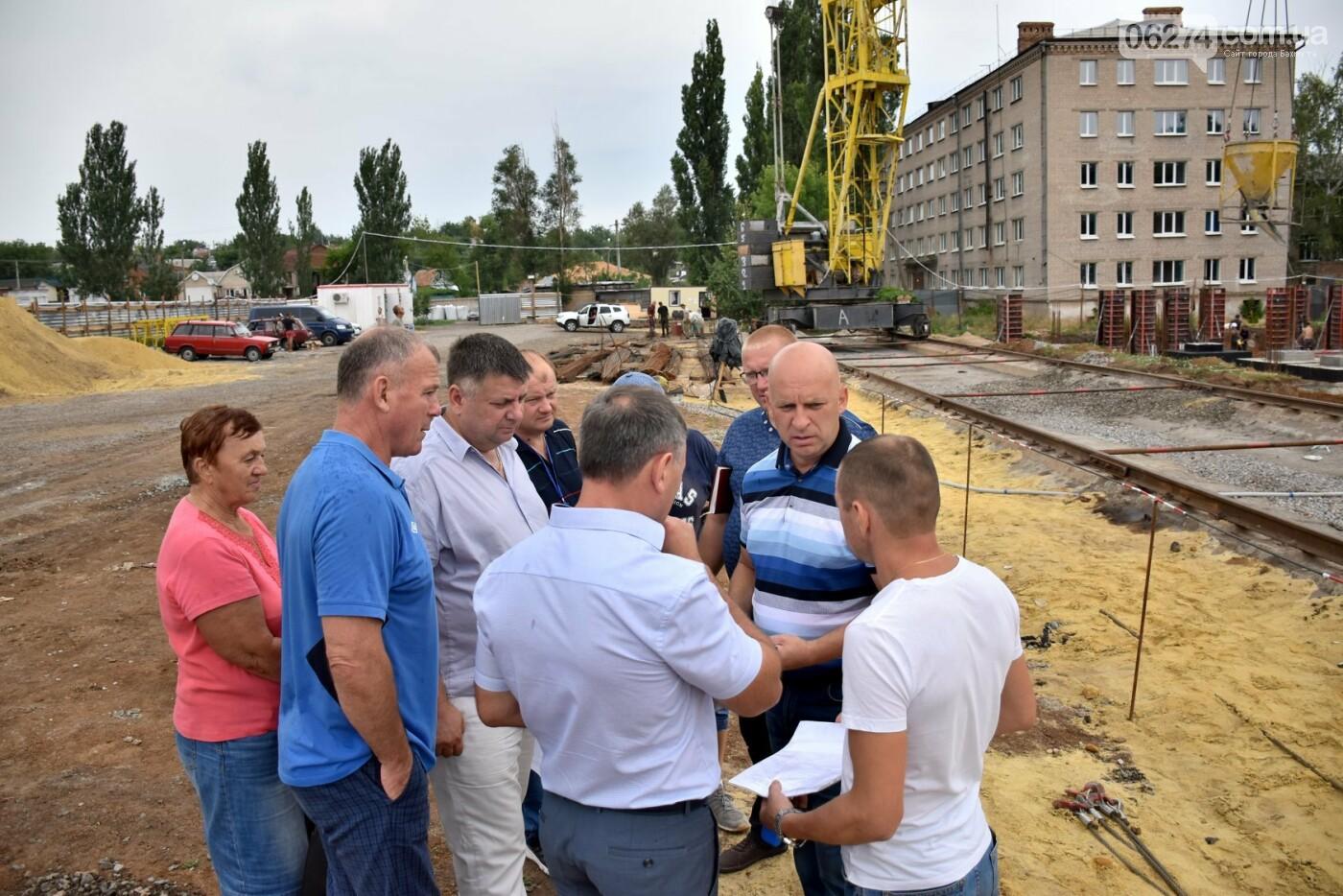 На месте строительства учебного корпуса ДВУОР им. С. Бубки начал работу башенный кран, фото-3