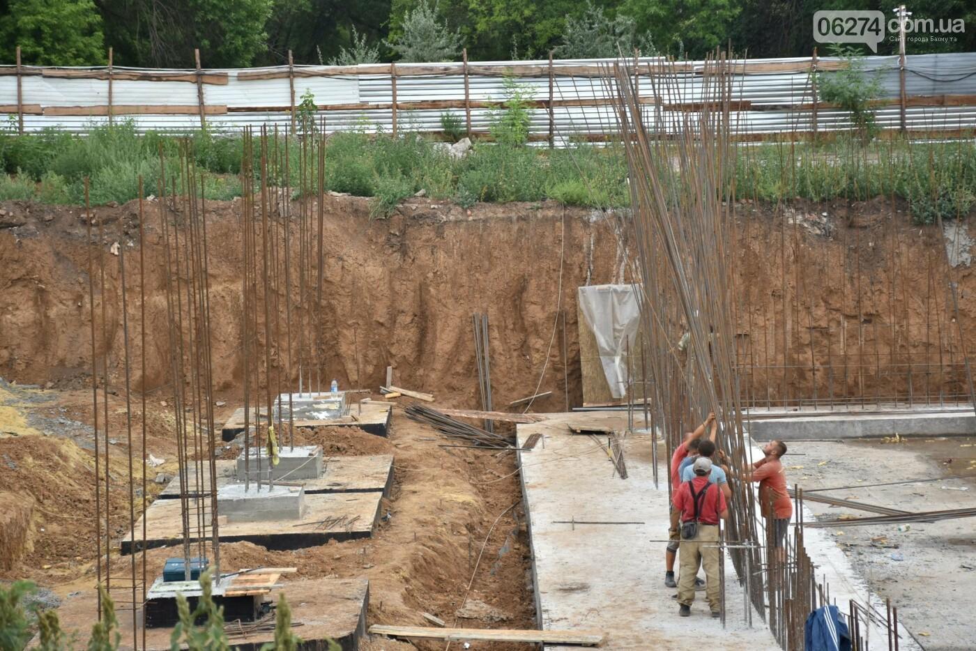 На месте строительства учебного корпуса ДВУОР им. С. Бубки начал работу башенный кран, фото-4