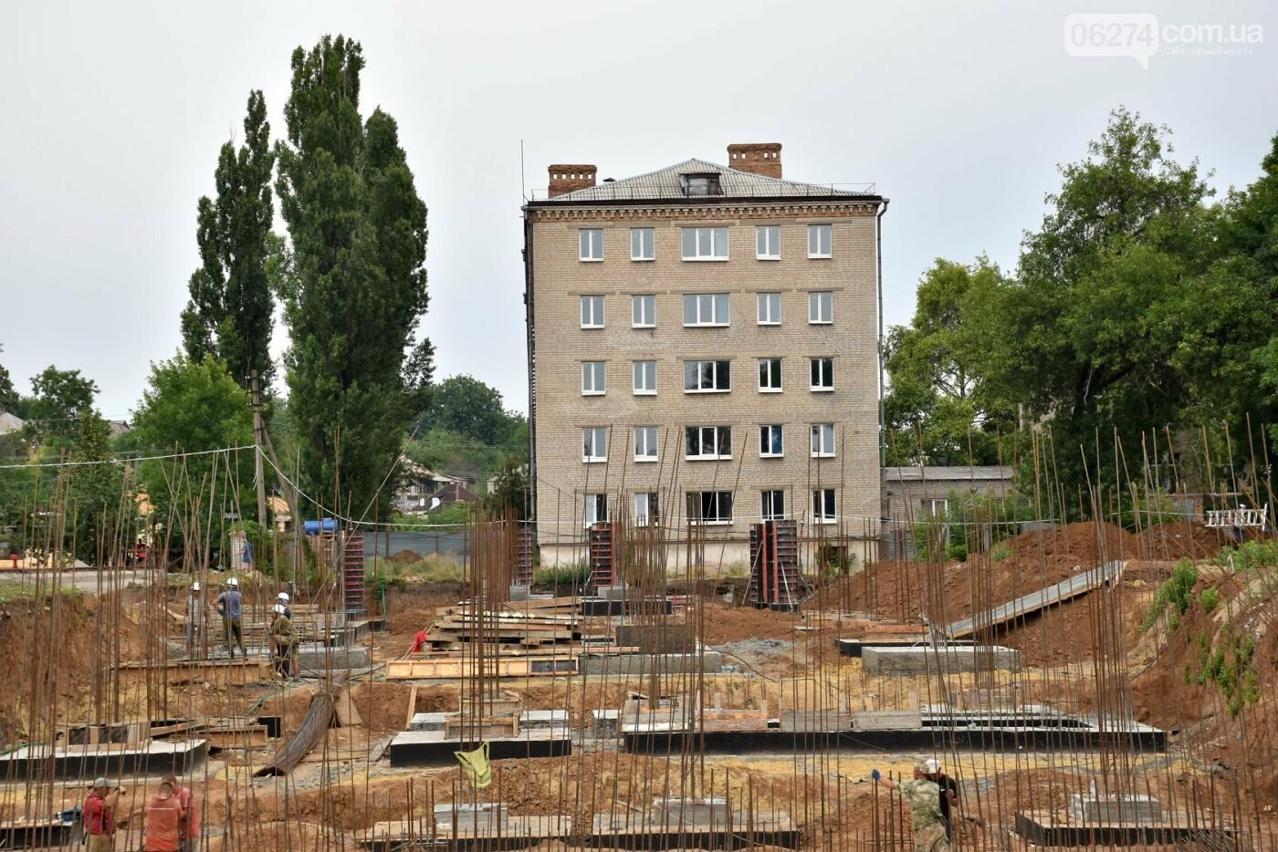 На месте строительства учебного корпуса ДВУОР им. С. Бубки начал работу башенный кран, фото-7