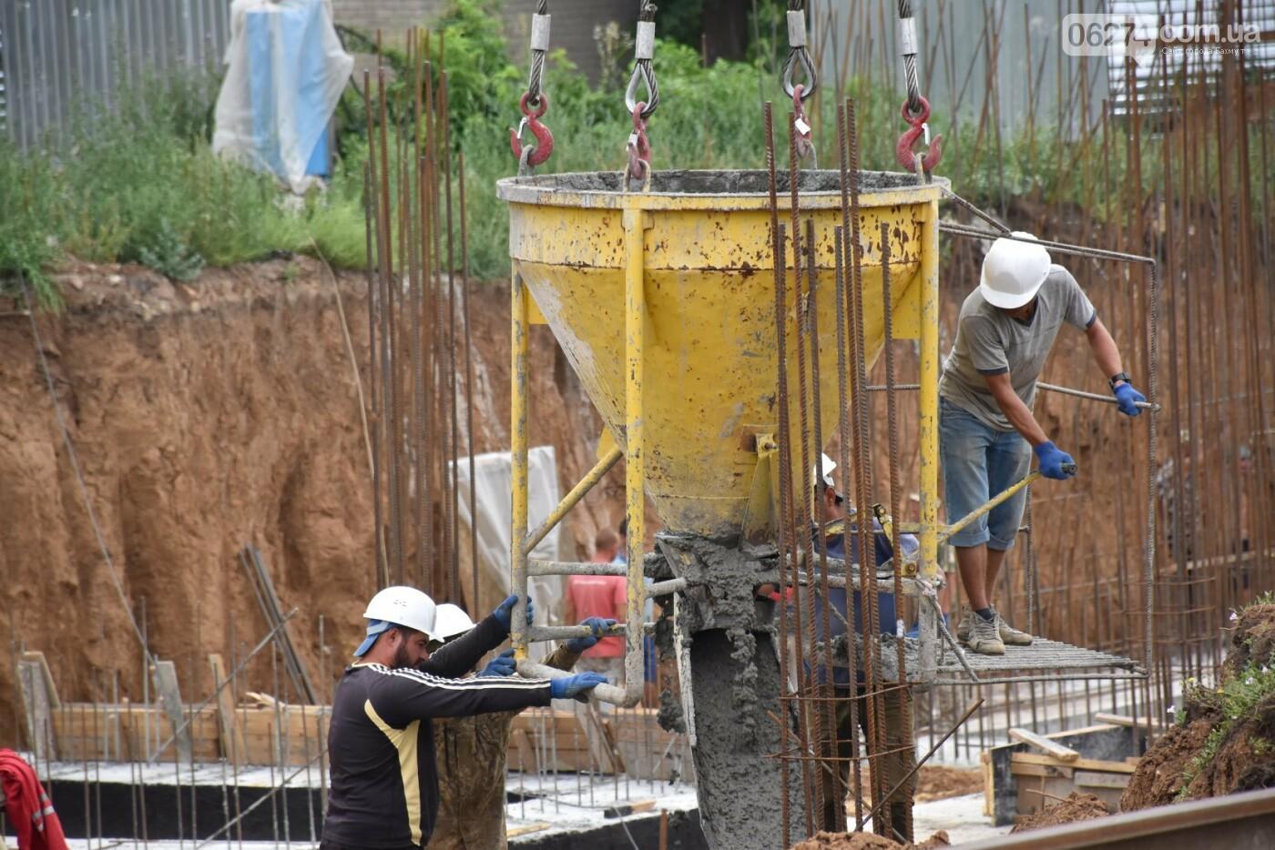 На месте строительства учебного корпуса ДВУОР им. С. Бубки начал работу башенный кран, фото-6