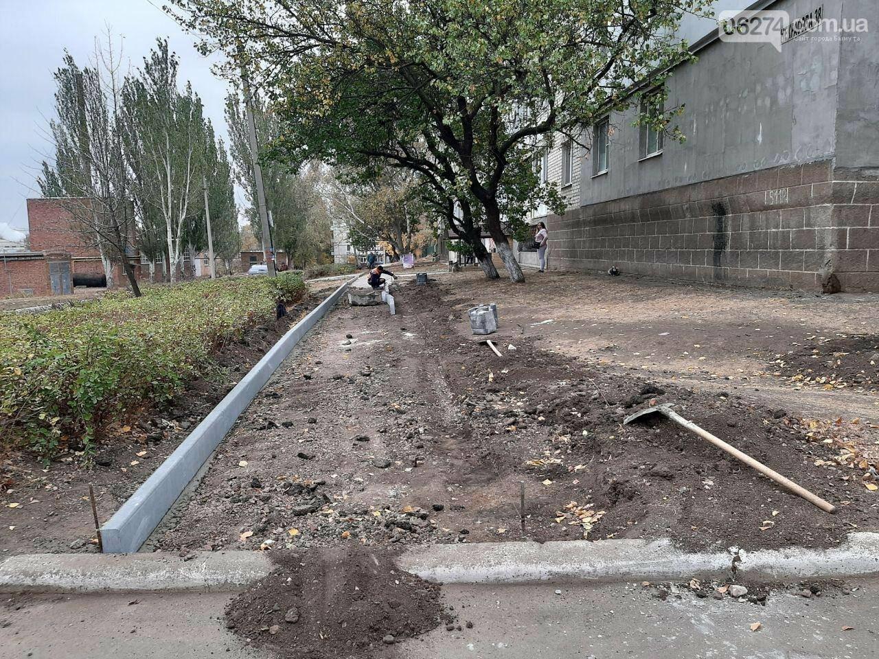 В Бахмуте продолжают ремонт тротуаров, фото-1
