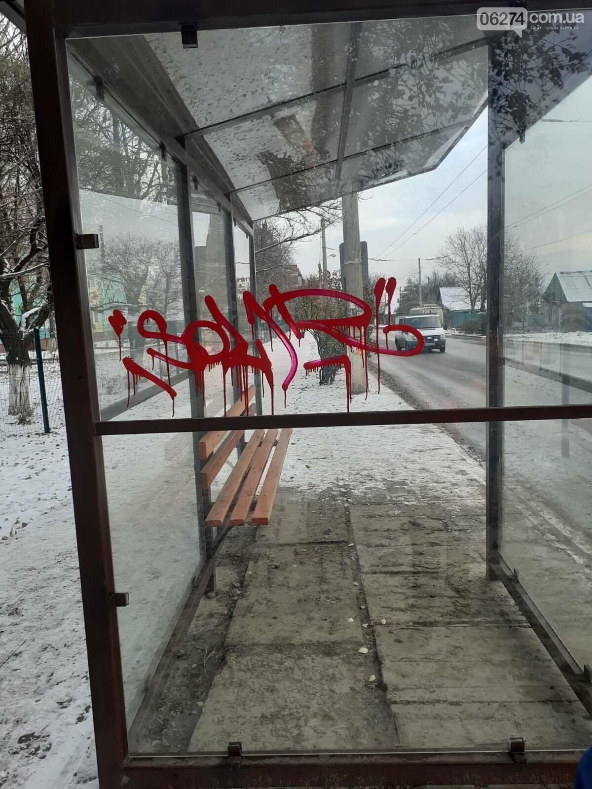 В Бахмуте вандалы снова испортили остановки общественного транспорта, фото-1