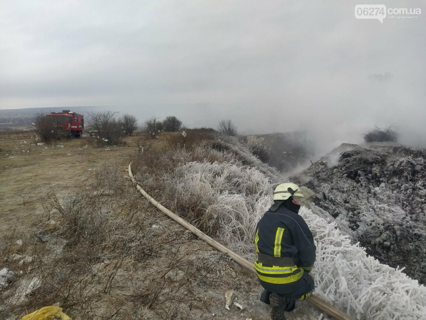 Спасатели ликвидируют пожар на полигоне вблизи г. Бахмут, фото-1
