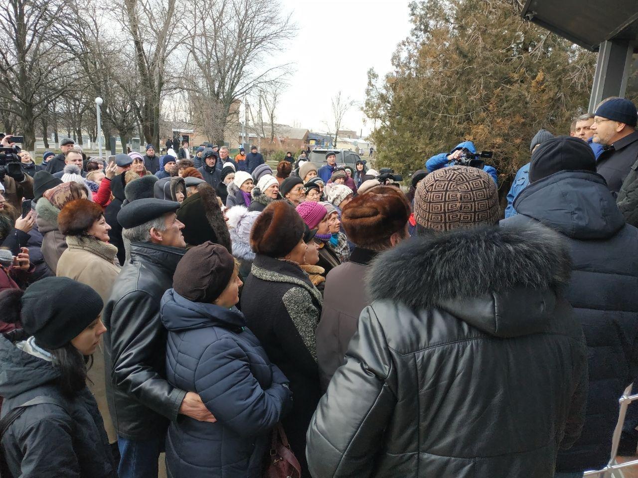 Вилкул заявил о провокации: люди в масках пытались сорвать его встречу с избирателями в Мангуше, фото-3