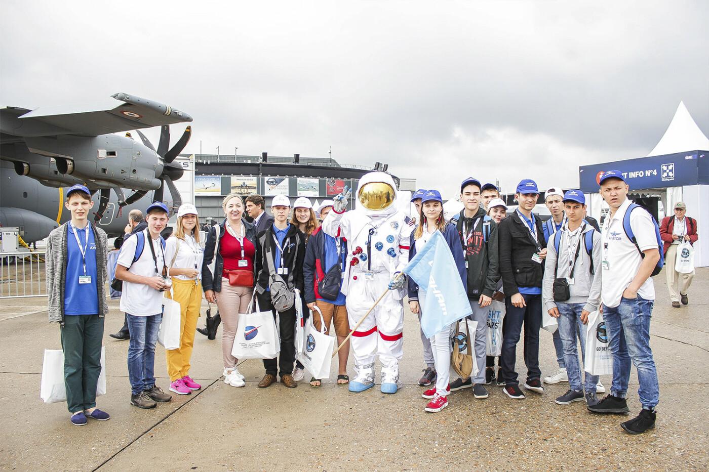 Борис Колесников со школьниками Донбасса посетил крупнейший авиасалон во Франции, фото-4