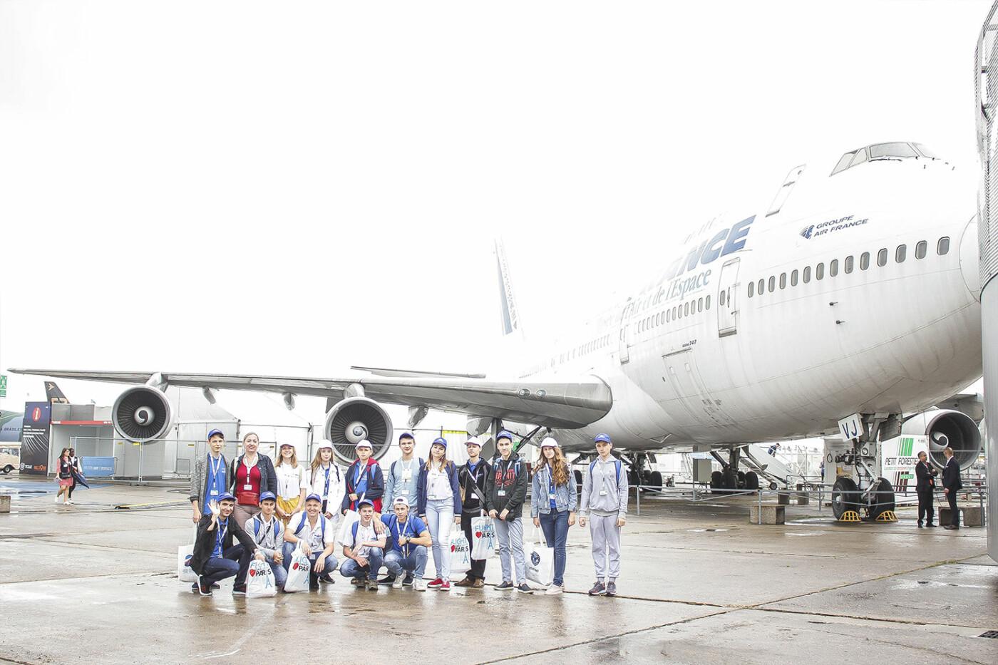 Борис Колесников со школьниками Донбасса посетил крупнейший авиасалон во Франции, фото-5